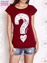 Bordowy t-shirt z nadrukiem znaku zapytania                                  zdj.                                  1