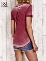 Bordowy t-shirt z podwijanymi rękawkami efekt acid wash                                  zdj.                                  4