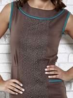 Brązowa dopasowana sukienka z pionową aplikacją                                  zdj.                                  5