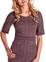 Brązowa sukienka z aplikacją na kieszeniach                                  zdj.                                  5