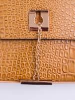 Brązowa torba z motywem skóry aligatora i złotym łańcuszkiem