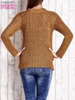 Brązowy dzianinowy sweter o szerokim splocie                                  zdj.                                  4
