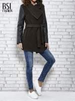 Brązowy płaszcz ze skórzanymi pikowanymi rękawami                                  zdj.                                  2