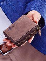 Brązowy portfel dla mężczyzny z tłoczonym emblematem                                  zdj.                                  2