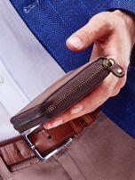Brązowy portfel dla mężczyzny z tłoczonym emblematem                                  zdj.                                  6