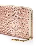 Brązowy portfel kopertówka z motywem skóry krokodyla                                                                          zdj.                                                                         4