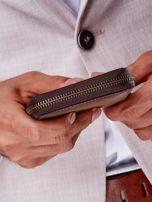 Brązowy portfel męski z tłoczeniem i przeszyciem                                  zdj.                                  3