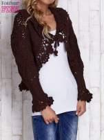 Brązowy sweter o szerokim splocie z wiązaniem                                  zdj.                                  3