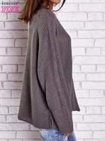 Brązowy sweter oversize z rozcięciami po bokach                                  zdj.                                  4