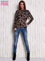 Brązowy sweter w malarskie desenie                                  zdj.                                  4