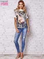 Brzoskwiniowa bluzka z nadrukiem kobiety i złotym tyłem                                                                          zdj.                                                                         2