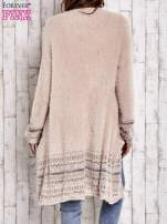 Brzoskwiniowy długi włochaty sweter z kolorową nitką                                  zdj.                                  4