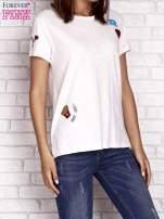 Brzoskwiniowy t-shirt z kolorowymi naszywkami