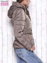 Granatowa zimowa kurtka z futrzanym kapturem i paskiem