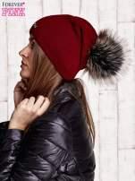 Ciemnoczerwona czapka z futrzanym pomponem i przypinką                                  zdj.                                  2