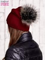 Ciemnoczerwona czapka z futrzanym pomponem i przypinką                                  zdj.                                  3