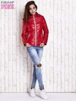 Ciemnoczerwona pikowana kurtka z wykończeniem w groszki