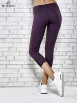 Ciemnofioletowe legginsy sportowe z dżetami i marszczoną nogawką za kolano
