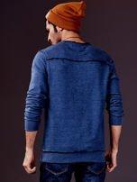 Ciemnoniebieska bluza męska z nadrukiem i surowym wykończeniem                                  zdj.                                  2