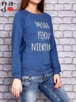 Ciemnoniebieska bluza z napisem MŁODA PIĘKNA NIEWYSPANA                                  zdj.                                  3