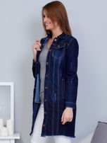 Ciemnoniebieska dłuższa kurtka jeansowa z wystrzępieniem na dole                                  zdj.                                  3