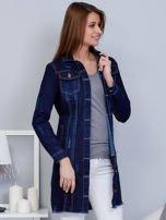 Ciemnoniebieska dłuższa kurtka jeansowa z wystrzępieniem na dole                                  zdj.                                  5