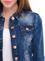 Ciemnoniebieska kurtka jeansowa damska z efektem gniecenia                                  zdj.                                  5