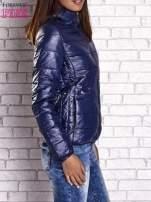 Ciemnoniebieska przejściowa kurtka z kapturem i kieszeniami                                  zdj.                                  4