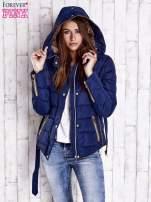 Ciemnoniebieska zimowa kurtka z futrzanym kapturem i paskiem                                  zdj.                                  4