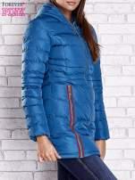 Ciemnoniebieski pikowany płaszcz ze złotymi suwakami