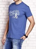 Ciemnoniebieski t-shirt męski z nadrukiem napisów i cyfrą 9                                  zdj.                                  3