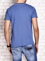 Ciemnoniebieski t-shirt męski ze sportowym nadrukiem i napisami                                  zdj.                                  2