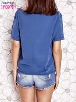 Ciemnoniebieski t-shirt z kolorowymi pomponikami przy dekolcie                                                                          zdj.                                                                         4