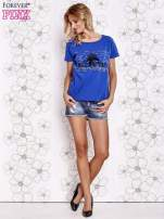 Ciemnoniebieski t-shirt z ozdobnym napisem i kokardą                                  zdj.                                  4