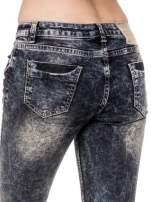Ciemnoniebieskie cieniowane spodnie jeansowe rurki z przetarciami                                  zdj.                                  6