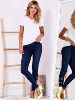 Ciemnoniebieskie jeansowe rurki z kokardkami z dżetów                                  zdj.                                  4