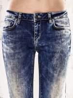 Ciemnoniebieskie marmurkowe regular jeans                                  zdj.                                  4