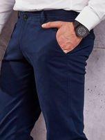 Ciemnoniebieskie materiałowe spodnie męskie chinosy                                  zdj.                                  6