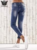 Ciemnoniebieskie spodnie jeansowe rurki z efektem marble denim                                  zdj.                                  3
