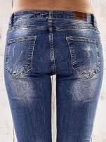 Ciemnoniebieskie spodnie jeansowe rurki z efektem marble denim                                  zdj.                                  6
