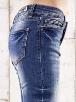 Ciemnoniebieskie spodnie regular jeans z przetarciami                                                                          zdj.                                                                         5