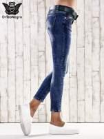 Ciemnoniebieskie spodnie skinny jeans z paskiem                                  zdj.                                  2
