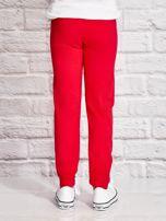 Ciemnoróżowe spodnie dresowe dla dziewczynki z napisem HAPPY                                  zdj.                                  3