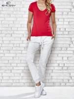 Ciemnoróżowy t-shirt sportowy z dekoltem w lekkie V                                  zdj.                                  4