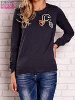 Granatowa bluza z kolorowymi naszywkami
