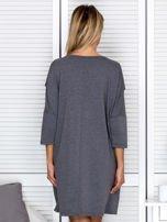 Ciemnoszara sukienka damska oversize z perełkami i okrągłą naszywką                                  zdj.                                  2