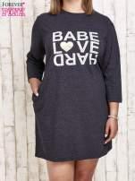 Ciemnoszara sukienka dresowa z napisem BABE PLUS SIZE                                  zdj.                                  1