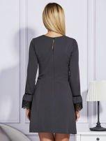 Ciemnoszara sukienka z koronkowymi rękawami                                  zdj.                                  3