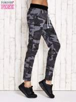 Ciemnoszare ocieplane spodnie dresowe z militarnym motywem                                  zdj.                                  2
