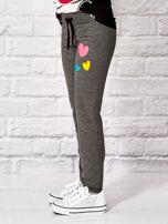 Ciemnoszare spodnie dresowe dla dziewczynki z nadrukiem serc                                  zdj.                                  3